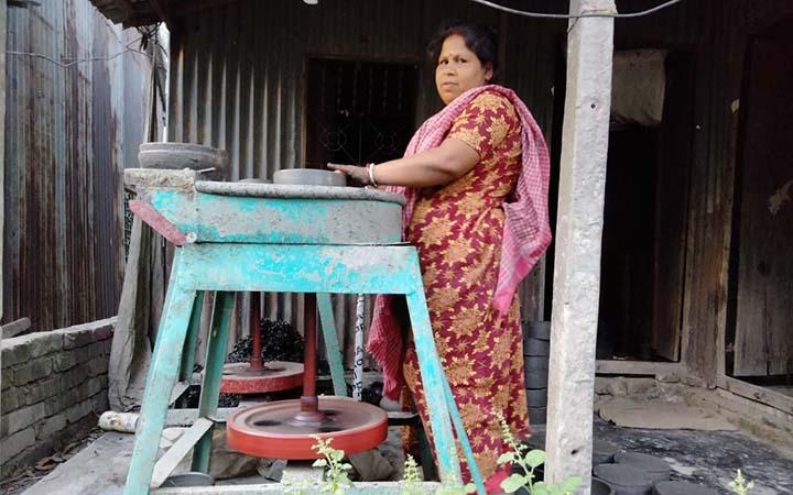 গৃহহীন মৃৎশিল্পী অনিতা রানী পাল