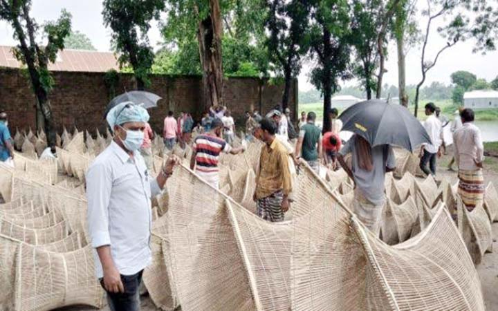 পানি বৃদ্ধির সাথে সাথে বেড়ার হাটে চাঁই (দুয়ারি) কেনা-বেচার ধুম