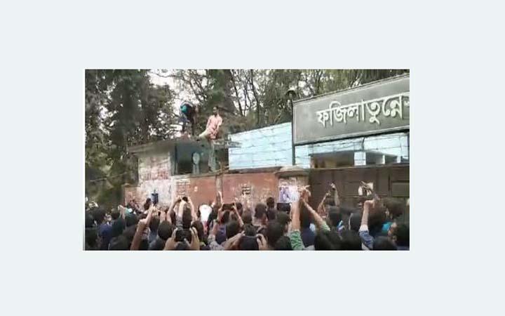 তালা ভেঙ্গে হলে প্রবেশ করেছেন জাবি শিক্ষার্থীরা