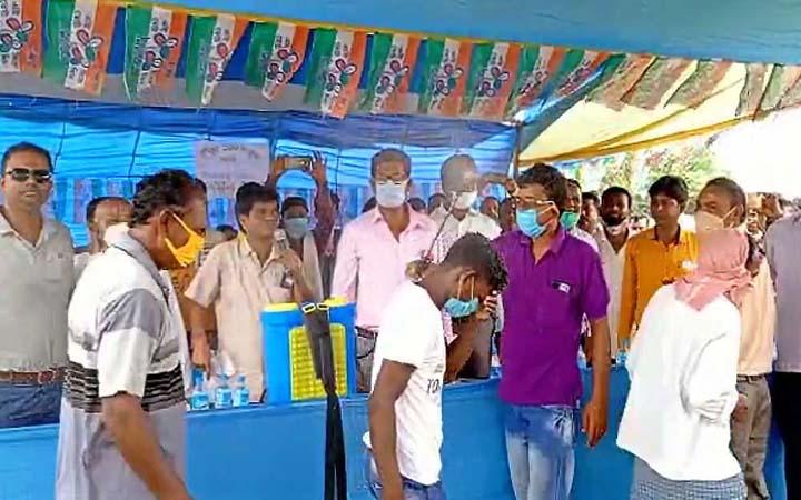 পশ্চিমবঙ্গ : বিজেপি কর্মীদের স্যানিটাইজার দিয়ে 'ভাইরাস মুক্ত' করে দলে নিল তৃণমূল